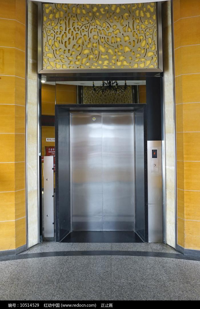 浦东机场圆柱形电梯间内景图片