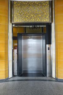 浦东机场圆柱形电梯间内景