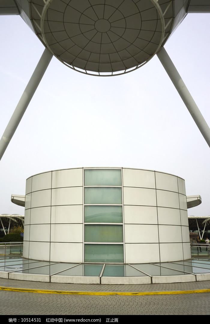 浦东机场圆柱形电梯间外景图片