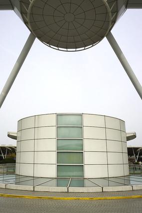 浦东机场圆柱形电梯间外景