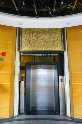 上海浦东机场圆柱形电梯间内景