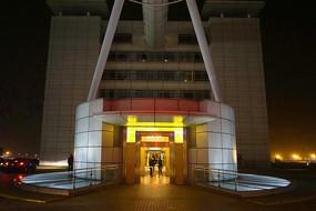 上海浦东机场圆柱形电梯间夜景