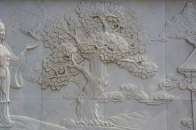 祥云缠绕的枝叶茂盛的树壁雕