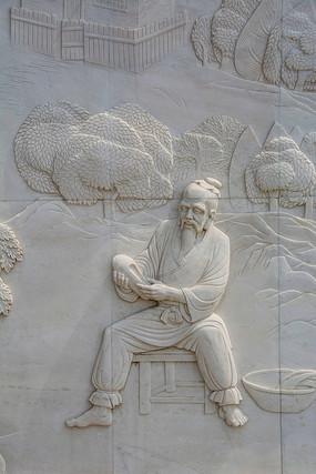 张果老坐在凳子上手拿鞋子壁雕