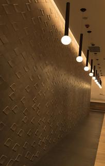木桩垂直吊灯的走廊