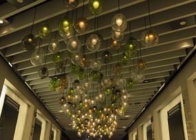 气球状吊灯的天花板