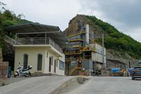 位于山顶的沥青混凝土搅拌站