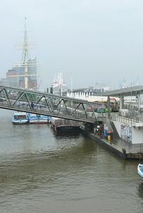 德国易北河上的栈桥及游船