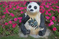 花丛中的大熊猫雕塑