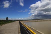 蓝天白云下的丁字坝
