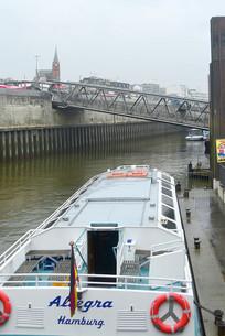 易北河上的汉堡港栈桥及游船