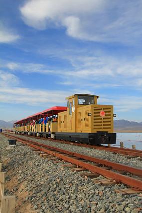 茶卡盐湖观光火车