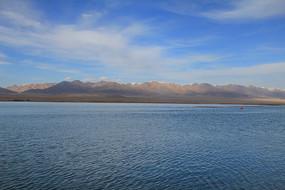 茶卡盐湖雪山远景