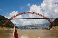横跨长江两岸的巫山长江大桥