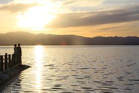 湖光山色落日情侣