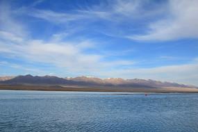 蓝天雪山茶卡盐湖