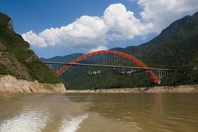 巫峡口之上的巫山长江大桥
