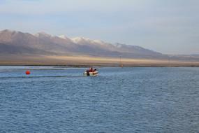 雪山下的茶卡盐湖