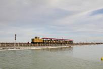 盐湖上的小火车