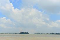 越南前江省湄公河上的货船