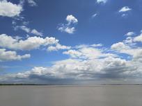 江岸蓝蓝天