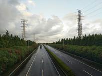 高速路天雨路滑