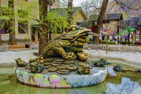 莲花上的金蟾口含金钱右侧铜雕