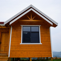 木质房屋的斜面楼顶
