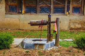 农村老式的辘轳水井