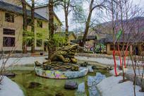水池莲花上的金蟾右侧铜雕像