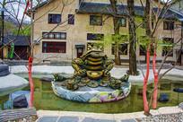 水池莲花上的金蟾正面铜雕像