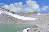 四川达古冰山山顶的冰蚀湖