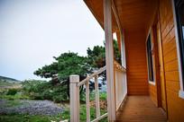 小木屋的白色栏杆