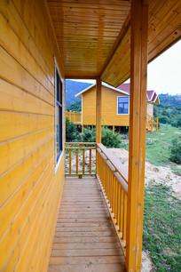 小木屋的观景廊道