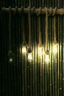 竹墙前的吊灯背景