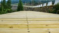 延伸的木板平台