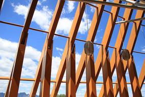 现代建筑钢梁架构看蓝天