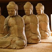 坐着的木雕佛像