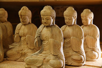 坐着的木雕佛像横构图
