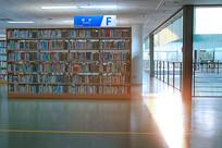 黄昏时分阳光穿过图书馆室内
