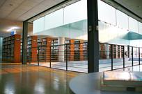 阳光照进图书馆室内