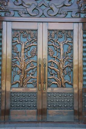 雕森林图案的铜门