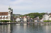 湖边的欧洲教堂建筑
