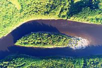 航拍森林河宛如眼睛的岛屿