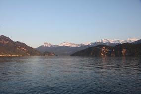 夕阳下的雪山湖泊