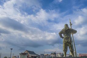 古代手持兵器门卫雕像