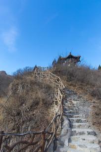 上山的石头台阶路和亭子