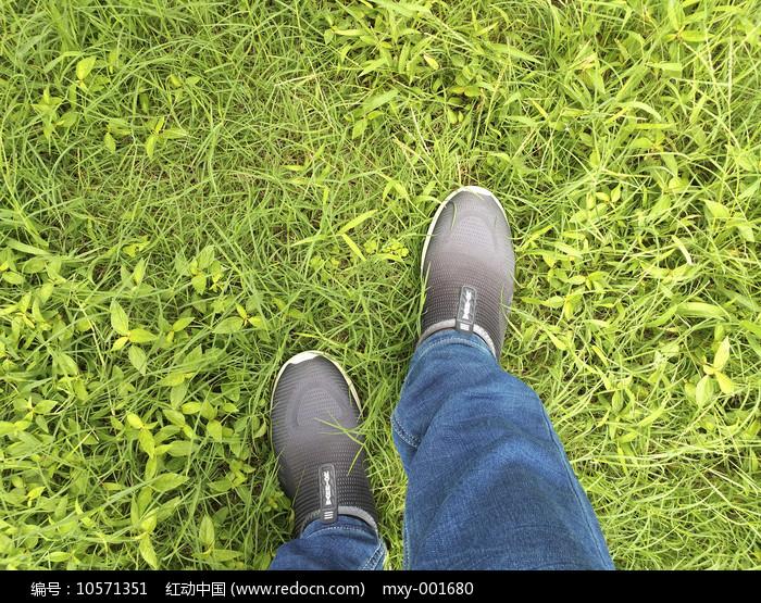 青草地轻盈脚步图片