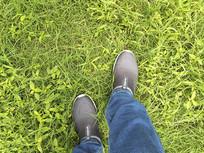 青草地轻盈脚步