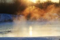 冰河朝阳雾气